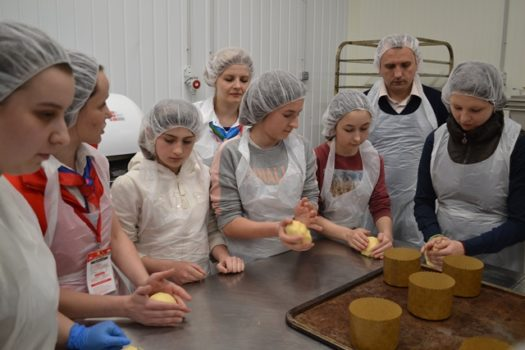 Діти Карітасу Львова пекли великодні паски та ознайомились з професіями в Ашані