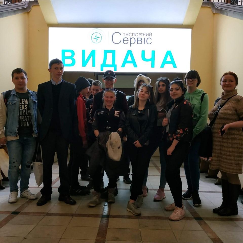 Підлітки Карітасу Львова з профорієнтаційною метою відвідали Державне підприємство Документ