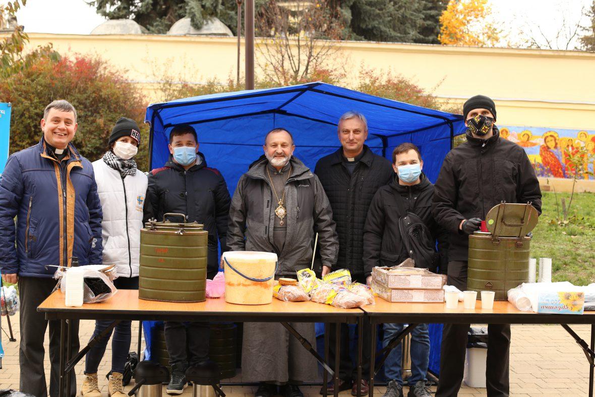 На площі біля собору св. Юра відбулося роздавання їжі потребуючим