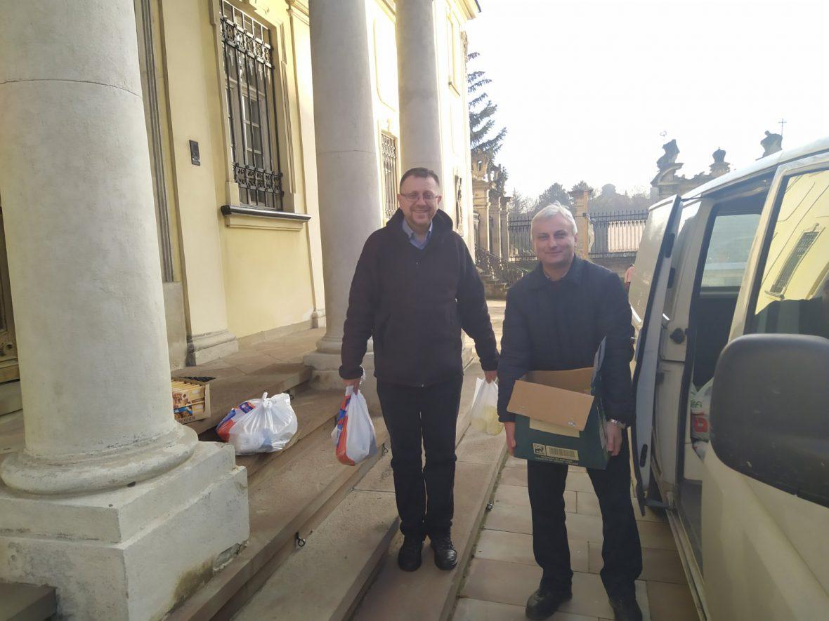 Владика Володимир, єпископ-помічник Львівської Архиєпархії передав продукти Карітас-Львів для потребуючих людей